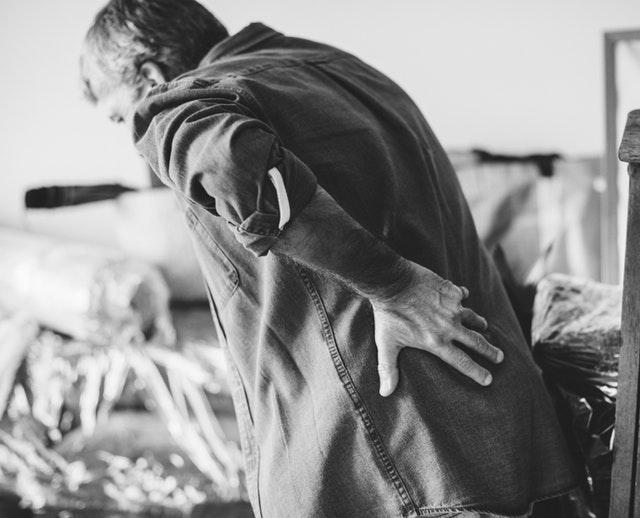 Få en bedre holdning med en rygstøtte og holdningskorrigerende tøj